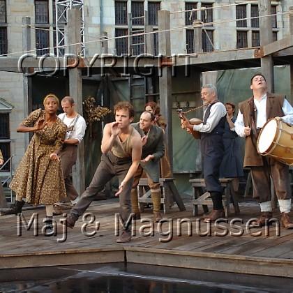 hamlet-shakespears-globe-dansescene-0169.jpg