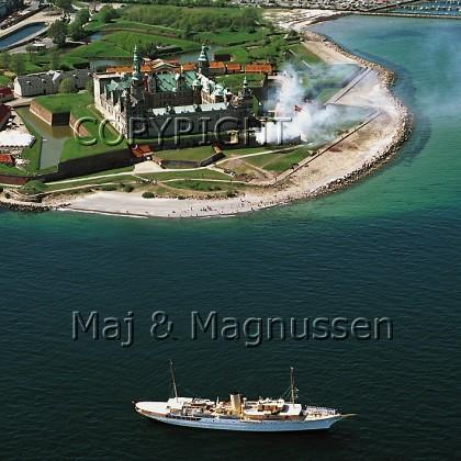 kronborg-med-kongeskib-og-salut-helsingoer.jpg