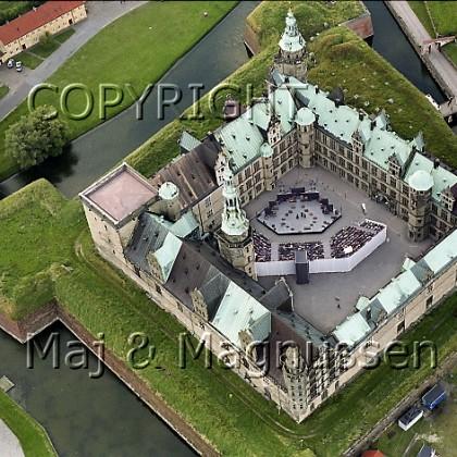 kronborg-slotsgaard-med-hamletscene-luftfoto.jpg